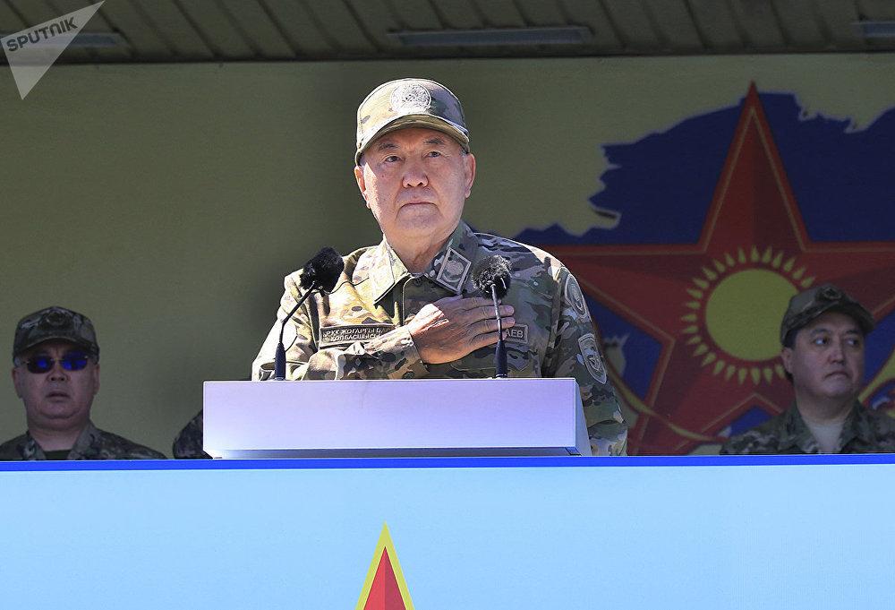 Нурсултан Назарбаев во время боевого парада