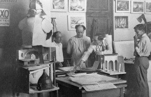 Слева направо: Иосиф Шпинель, Сергей Эйзенштейн, Эдуард Тиссэ и Борис Бунеев ведут подготовительные работы к съемке фильма Иван Грозный