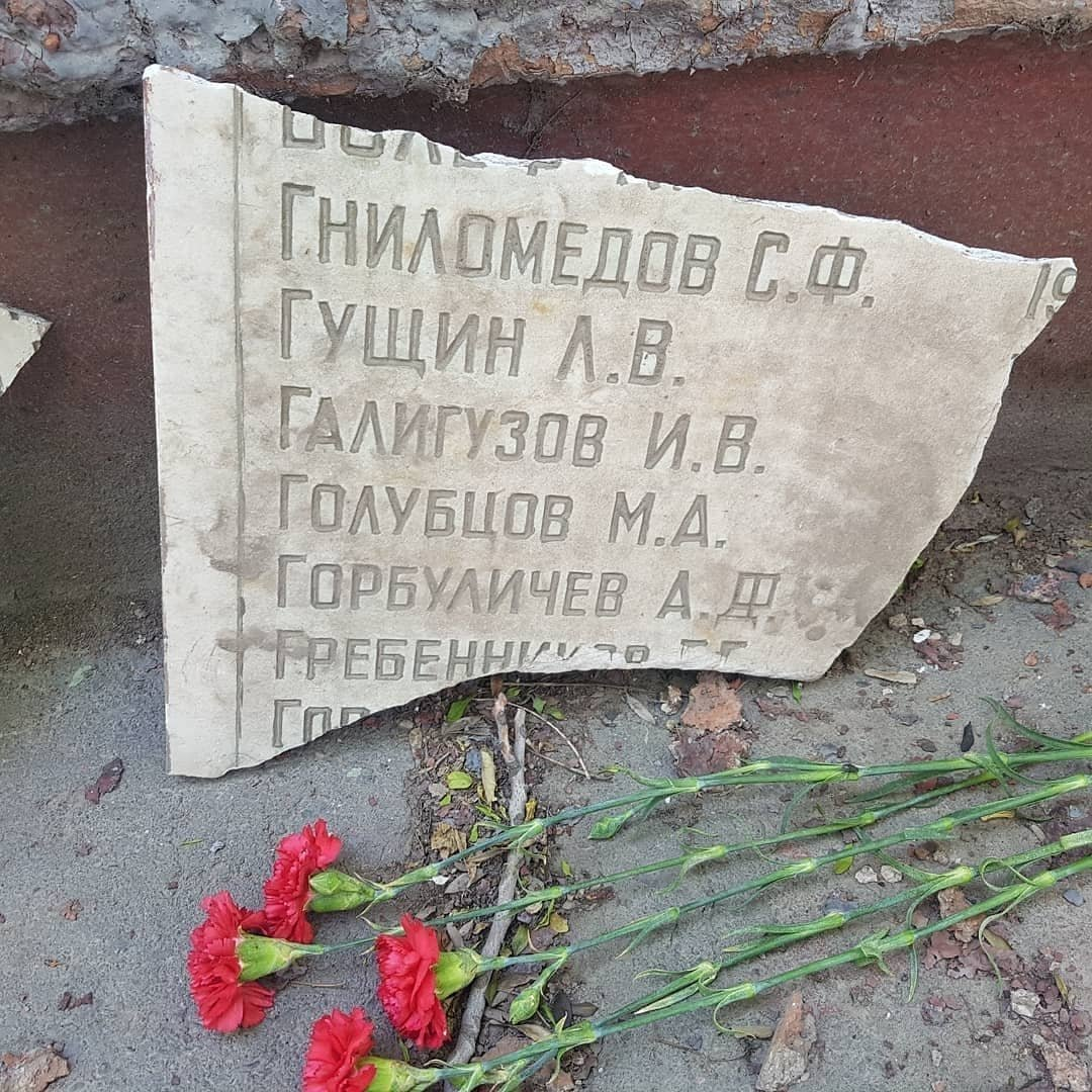 На территории бывшего свинцового завода в Шымкенте разгромили мемориал участникам ВОВ