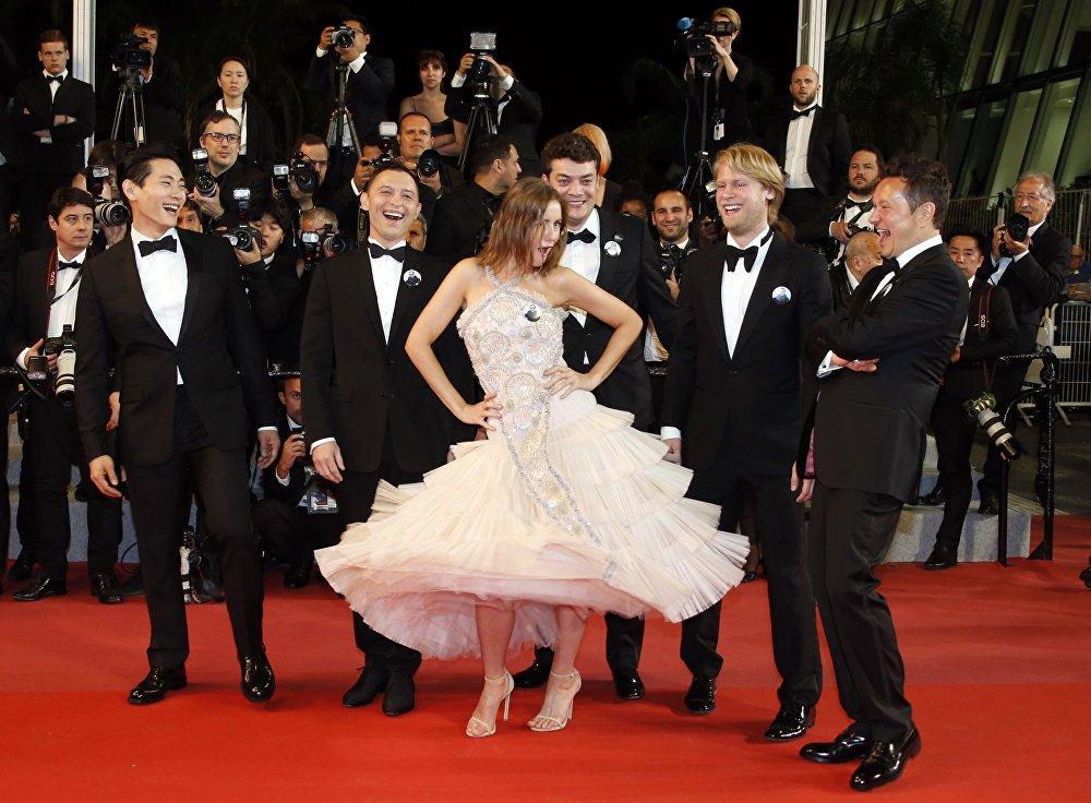 Актеры на красной дорожке перед премьерой фильма Лето