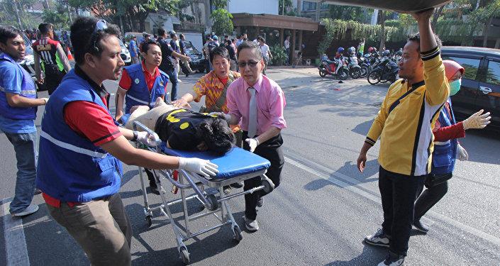 Доставка пострадавших от взрывов в церкви, Индонезия