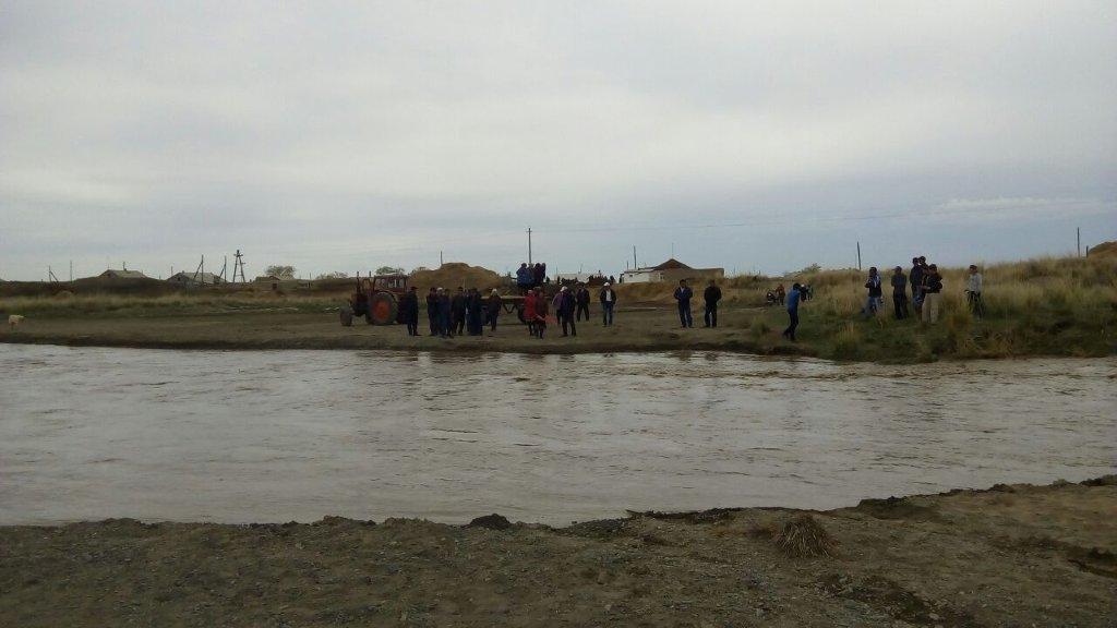 Сельчане застряли на берегу в Восточно-Казахстанской области