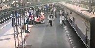 Военный в последнее мгновение вытащил девочку из-под поезда в Индии