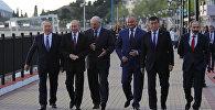 Участники Высшего Евразийского экономического совета во время прогулки по набережной в Сочи