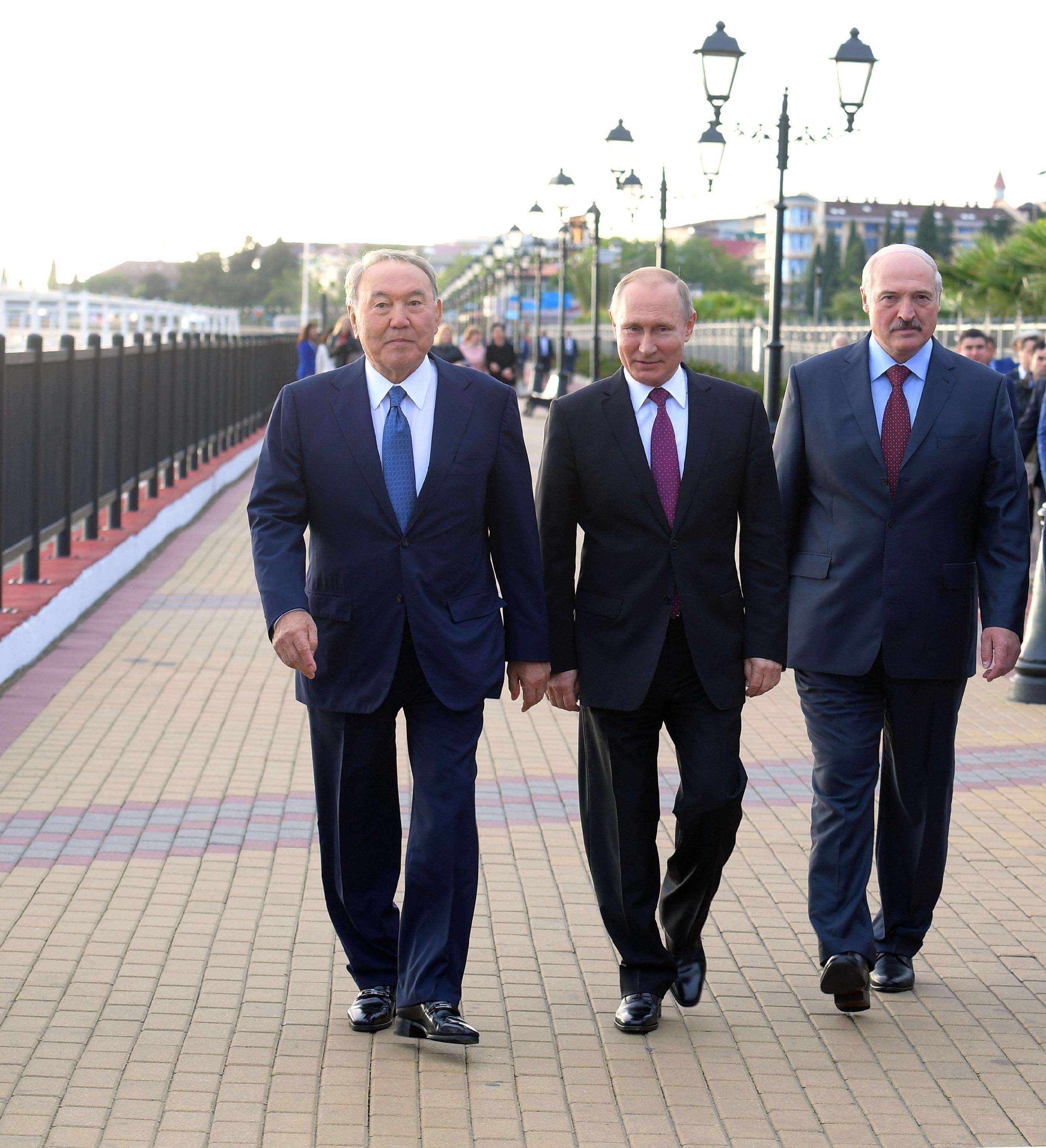 Нурсултан Назарбаев, Владимир Путин и Александр Лукашенко во время прогулки по набережной в Сочи