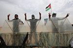 Палестинцы, протестующие вдоль границы Сектора Газа