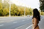 Девушка у дороги, иллюстративное фото