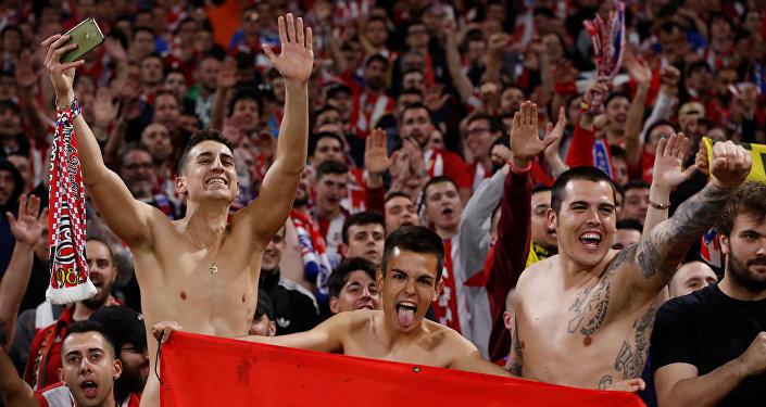 Фанаты Атлетико радуются победе клуба в Лиге Европы