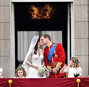 Британский принц Уильям поцеловал свою жену Кейт, герцогиню Кембриджскую, на балконе Букингемского дворца, после свадебной службы