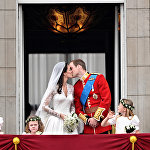 Британский принц Уильям и его супруга Кейт, герцогиня Кембриджская на балконе Букингемского дворца