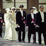 Наследный принц Наруито, принц Акишино, принцесса Масако и принцесса Нори отправляются на частную церемонию для королевской семьи в Императорском дворце в Токио 12 ноября 1990 года