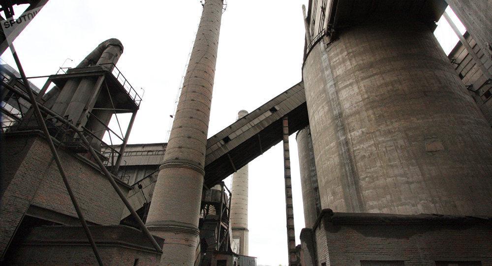 Трубы завода, архивное фото