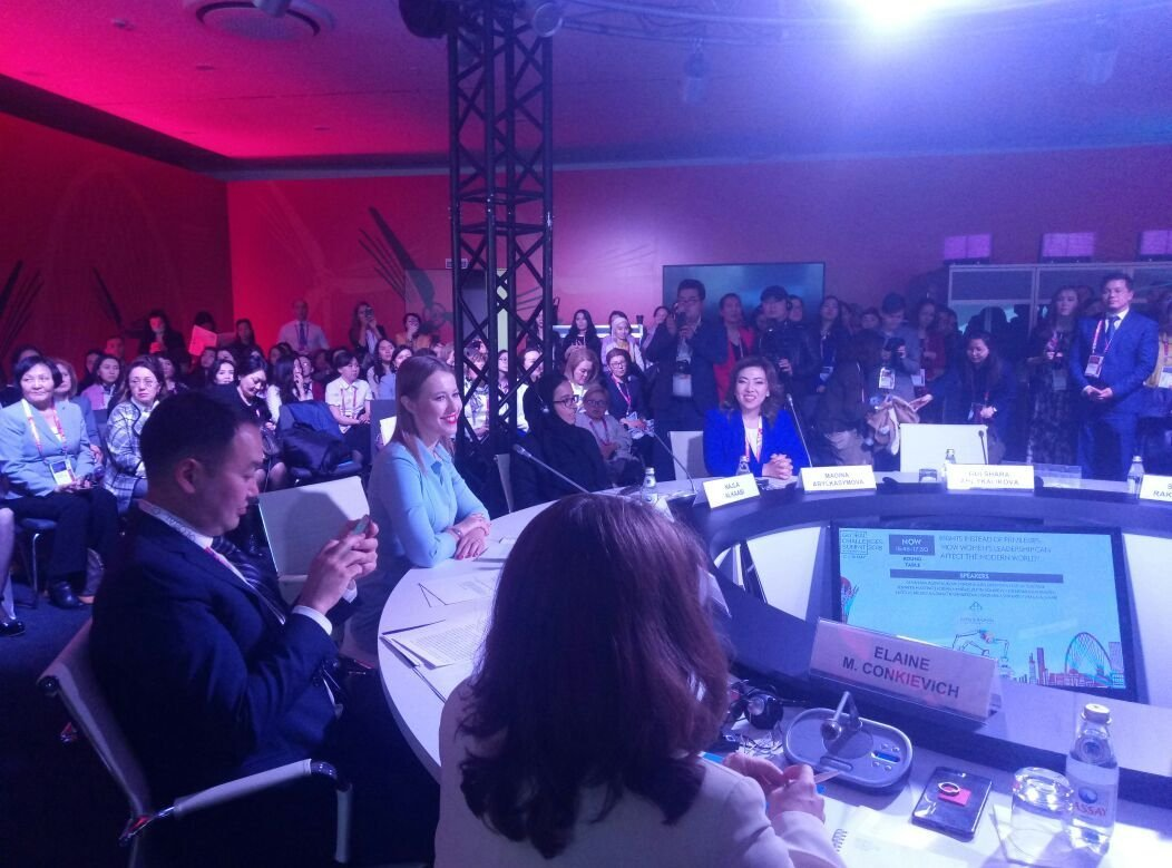 Ксения Собчак во время выступления на АЭФ