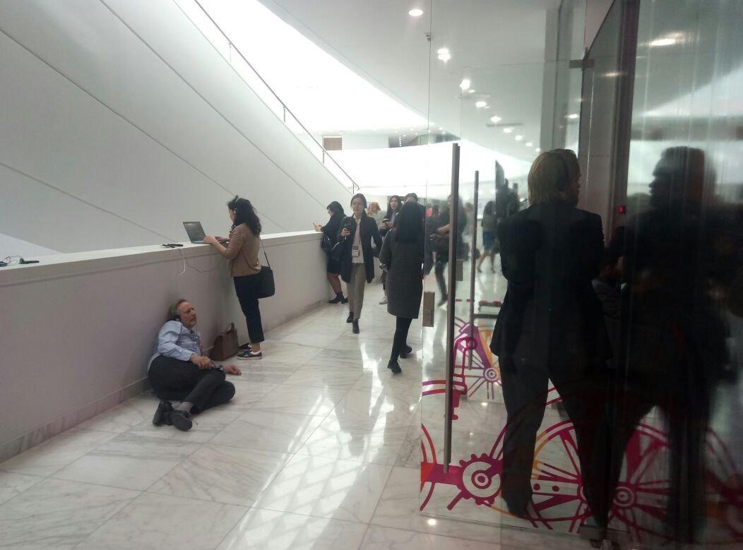 В зале, где проходил Круглый стол с участием Ксенеии Собчак, не было мест. Некотрые слушали ее выступление просто в наушниках с передатчиками снаружи, кое-кто даже лежа на полу.
