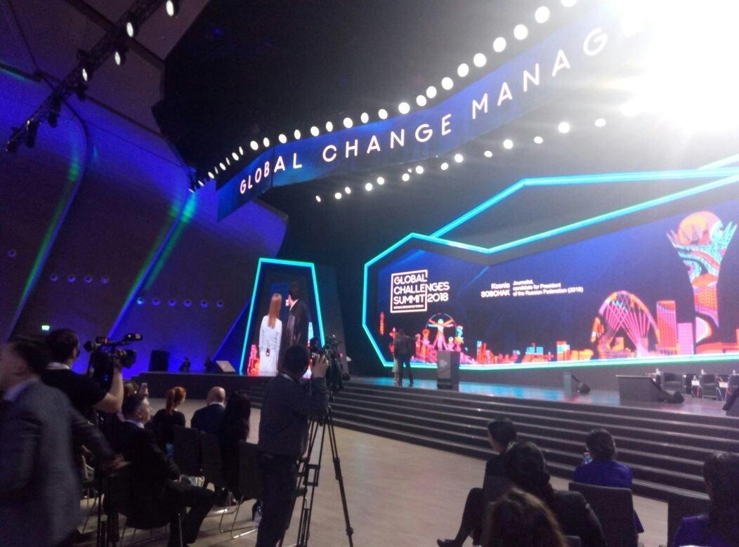 Журналист казахстанского телеканала делает селфи с Ксенией Собчак