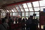 Люди в аэропорту смотрят, как дым поднимается с места, где упал самолет вскоре после взлета из Гаваны