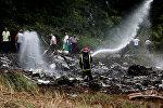 Пожарный на месте крушения пассажирского самолета недалеко от аэропорта Гаваны