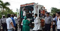Оставшегося в живых после крушения самолета близ аэропорта Гаваны увозят на автомобиле скорой помощи