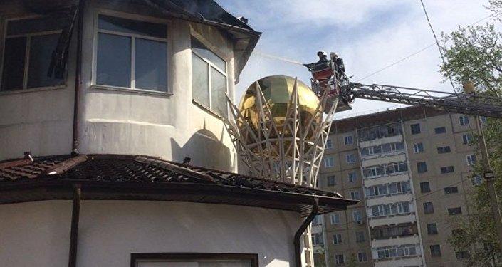 ВКостанае пожарные гасят двухэтажное строение фитнес-клуба