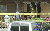 Службы ЧС штата Северной Каролины на месте происшествия, где мужчина протаранил здание ресторана и насмерть сбил свою дочь