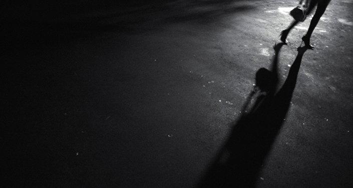 Женщина ночью на дороге, архивное фото