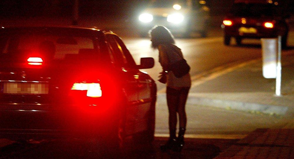Девушка ночью на дороге, архивное фото