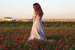 Девушка на фоне маков в горах близ Алматы