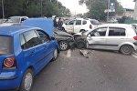 Три автомобиля столкнулись на пр. Раимбека