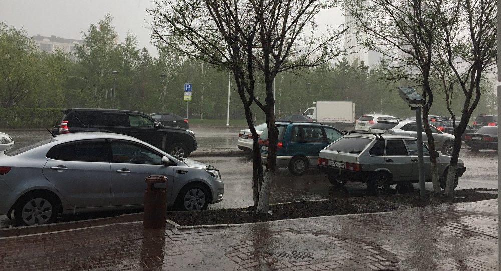 Сильный дождь в Астане