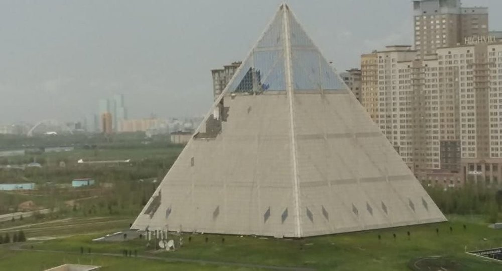Астанада жауған бұршақ Пирамиданың шынысын қиратты