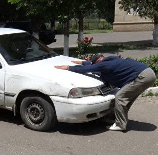 В Кыргызстане живет человек-магнит — видео