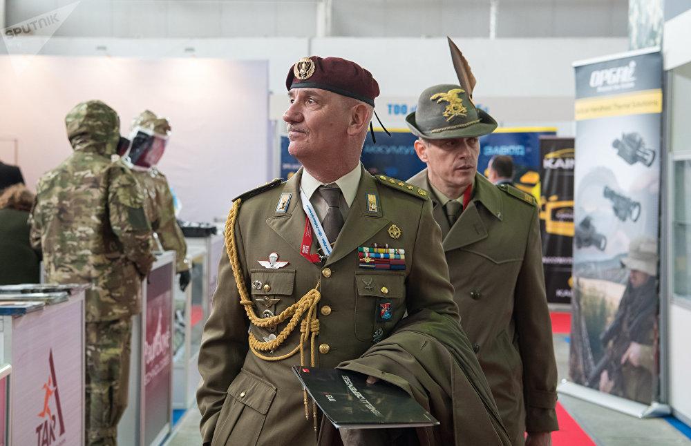Посетители международной выставки вооружения КАDEX-2018