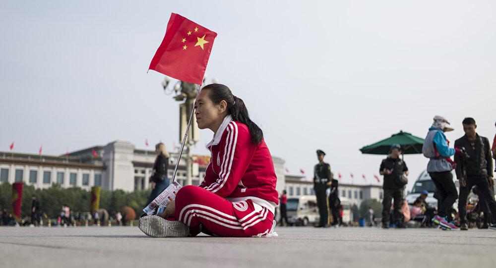 Туристка с флагом Китая