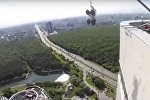 Падение 380-килограммового стекла с 47 этажа здания в Москве сняли на видео