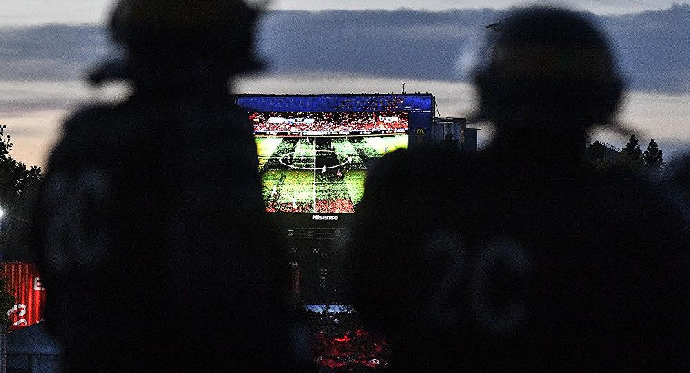 Сотрудники полиции дежурят у фан-зоны перед футбольным матчем, архивное фото