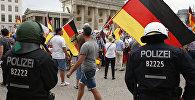 Сторонники партии Альтернатива для Германии во врем митинга