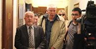 Вадим Борейко и Марат Асипов в коридоре суда