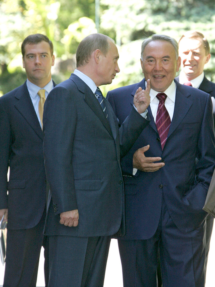 Президент России Владимир Путин и президент Казахстана Нурсултан Назарбаев (слева направо, на первом плане) во время рабочей встречи в сочинской резиденции главы российского государства Бочаров ручей.