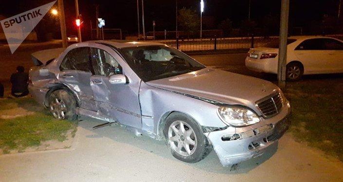Два Mercedes столкнулись на Рыскулова-Шарипова