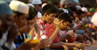 Люди во время ифтара, архивное фото