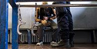 Архивное фото задержанных в полицейском участке