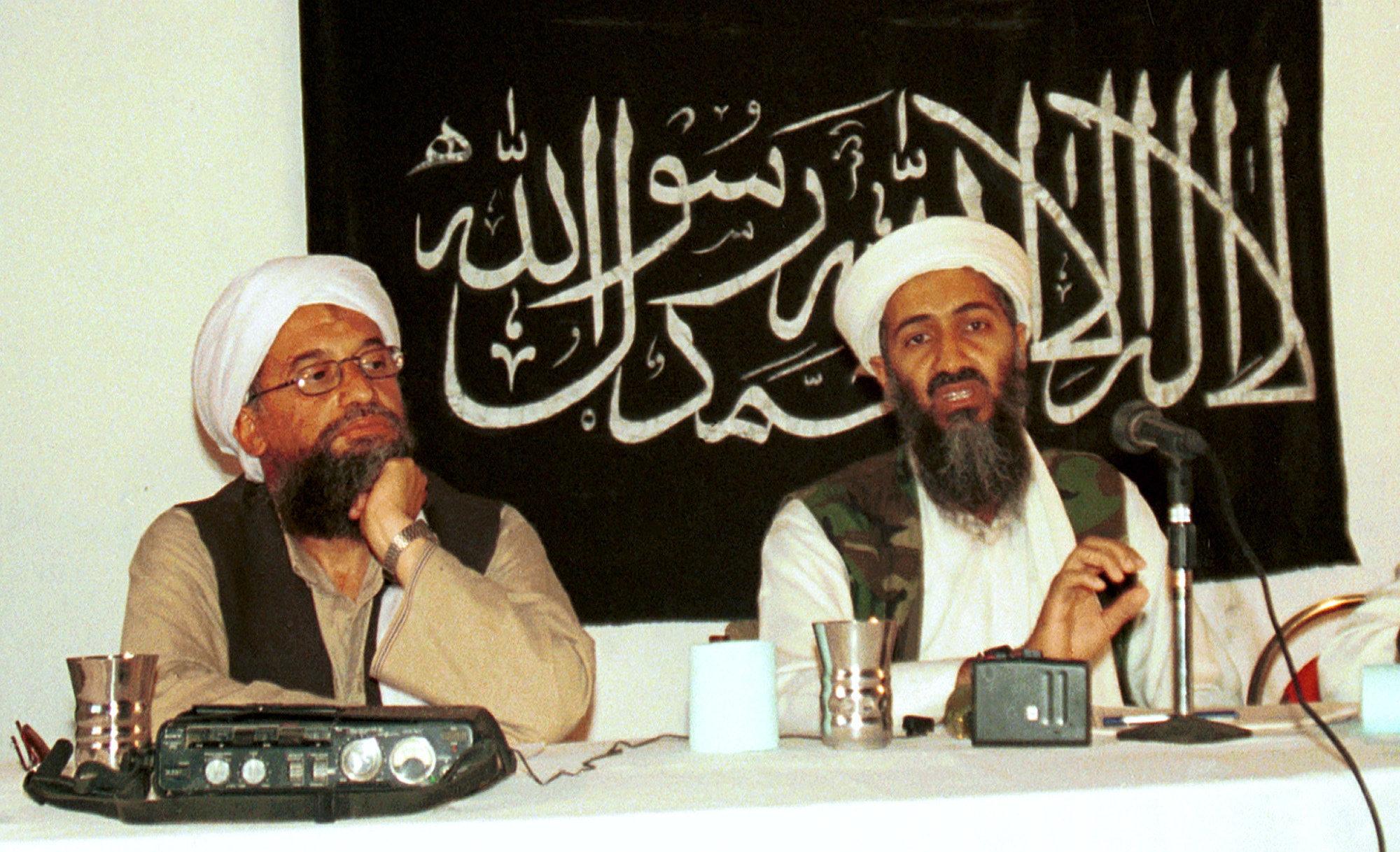Усама бен Ладен в окружении своих помощников и вооруженных телохранителей на встрече в Афганистане