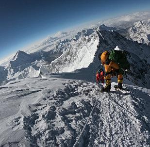 Альпинисты поднимаются к вершине горы Эверест, архивное фото