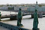 Скульптуры на крыше Эрмитажа. Вид на Дворцовый мост