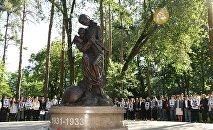 Церемония возложения цветов к памятнику жертвам голода 1931-1933 годов