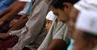 Мұсылмандар қасиетті айда дұға оқып отыр