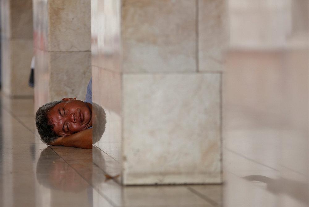 Мужчина отдыхает во время Рамазана в мечети Джакарты