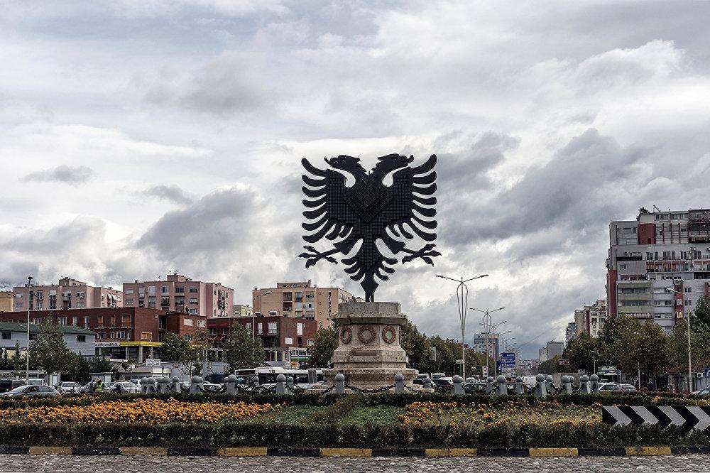 Албания елтаңбасы орналасқан Тиран алаңы.