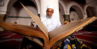 Мужчина читает Коран