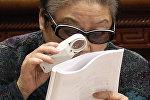 Женщина читает с помощью лупы, архивное фото
